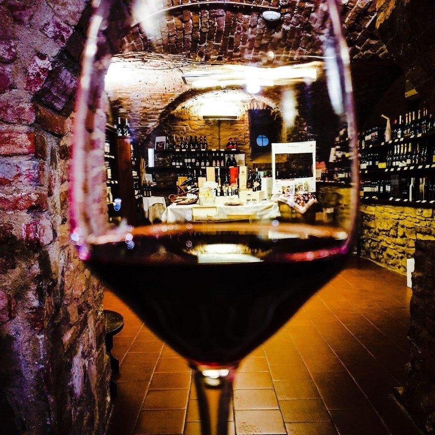 calice di vino rosso enoteca acqui